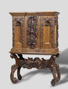 Armário para linho de bebê, Anônimo, c. 1655 - c. 1675 - Rijksmuseum - Amsterdam Um gabinete de pequeno formato foi projetado para manter um enxoval e assim foi chamado de um armário para de linho de bebê. Este é um entre os exemplos mais ricamente ornamentados que foram preservados. A parte inferior (suporte) tem a forma de um console de mesa em estilo auricular, enquanto o gabinete é mais clássico no design. Mobiliário Holandês. A cada época um estilo, que está se espalhando por todo o