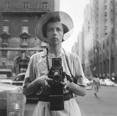 """Vivian Maier - """" Novo livro só de autorretratos joga luz sobre a trajetória excêntrica e misteriosa da babá fotógrafa que deixou um dos mais surpreendentes retratos das ruas de Chicago e Nova York"""" Parte 1"""