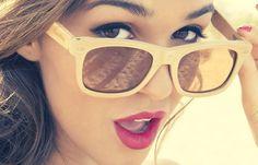 Consigue la onda retro en tu look con unos lentes de marco blanco!