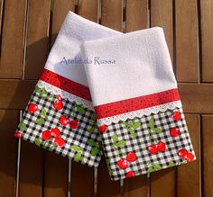 Pano de prato com barrado de tecido com estampa de cereja decorado com bordado inglês e viés