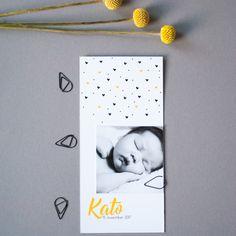 Langwerpig geboortekaartje met Oker als statement kleur. een leuke foto maakt dit kaartje zeer persoonlijk