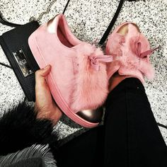 Probably the weirdest and coolest sneaker ever☝🐖 Wünsche euch ein guten Start ins Wochenende 💗#sneakeradditcted #fluffy #kicksonfire #itssofluffyimgonnadie