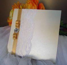 Convite de casamento quadrado em tons creme com renda branca. by EstudioDePapel