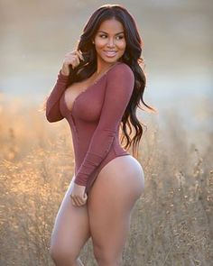 Field of dreams ✨✨ With the talented and awesome photographer: @ryanastamendiphotography  Makeup: @evilyn_mua  Hair: @hairbyandyh - Dolly Castro (@missdollycastro)
