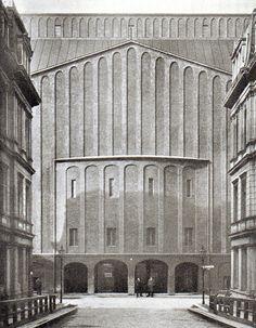 Berlin, Am Zirkus, Großes Schauspielhaus, Hans Poelzig, 1919. Als Großes Schauspielhaus bestand die Kultureinrichtung bis zum Ende des Zweiten Weltkriegs, dann wurde sie in Friedrichstadt-Palast umbenannt.
