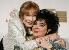 Shirley MacLaine (links) umarmt Elizabeth Taylor (2005) (Bild: Reuters)