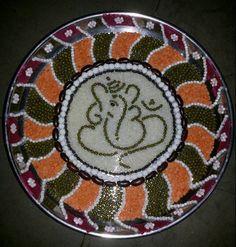 Learn how to do aarti thali decoration at home. Decorate your pooja ki thali and aarti ki thali for festivals like Diwali, Dussehra, Ganpati, Janmashtami. Arti Thali Decoration, Ganapati Decoration, Decoration For Ganpati, Housewarming Decorations, Diy Diwali Decorations, Festival Decorations, Wedding Gift Baskets, Orange Wedding Flowers, Diwali Diy