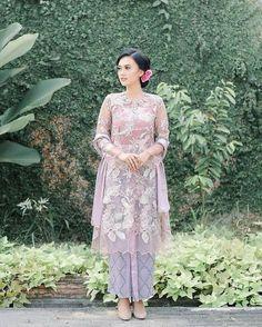 Model Dress Kebaya, Kebaya Modern Dress, Kebaya Simple, Hijab Prom Dress, Model Kebaya Modern, Kebaya Lace, Kebaya Wedding, Dress Pesta, Simple Bridesmaid Dresses