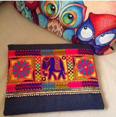 Elefante embrague Bohemia, Boho bolso, moda bolso, bolso para mujer, regalo para ella, bolso de embrague, étnicos embrague, embrague de yute  Una declaración de moda que atrapará la atención de todos! Este embrague bohemio elefante aportará elegancia a tu estilo. Será elegante con jeans o vestidos y usted puede utilizar este bolso de embrague ambos día y noche.  Este bolso de embrague está perfectamente hecha a mano con tela de yute azul marino de alta calidad. Diseñado con un bordado de…