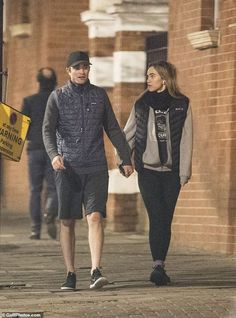 Robert Pattinson and Suki Waterhouse appeared in high spirits as they headed out for a run in West London on Monday. Edward Cullen Robert Pattinson, Robert Pattinson Twilight, Robert Douglas, Suki Waterhouse, Make Photo, Friend Goals, West London, David Tennant, Dream Guy