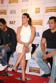 """Kareena Kapoor Sexiest Legs and Thighs Show In a White Dress At Film """"Bajrangi Bhaijaan"""" Trailer Launch In Mumbai - Kapoor Cleavage"""