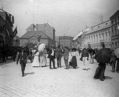 A Dísz tér héttérben az felállított Honvéd-emlékmű Victorian Street, Victorian Era, Edwardian Era, Vintage Photographs, Vintage Images, Old Pictures, Old Photos, Budapest Hungary, Black And White Pictures