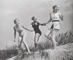 E visto che mezza Italia è sotto l'acqua, un raggio di Sole con questa fotografia del 1936 di ragazze tedesche al mare.