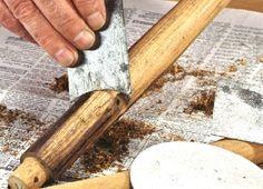 L'utilizzo dei prodotti per sverniciare il legno di una sedia senza intaccarlo e procedere con il restauro.