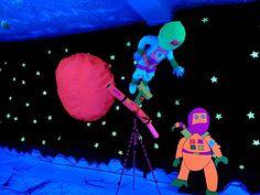 Todo brilla (con luz negra y colores fluorescentes), donde la magia cautiva… John Lennon, Sistema Solar, Lights, Black People, Glove, Astronauts, Solar System