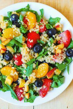 Una nueva ensalada de Quinoa con espinacas, naranja, fresas y arándanos
