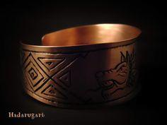 Artizani romani| Mestesugari romani | Bratara din cupru cu simbolul lupul dacic