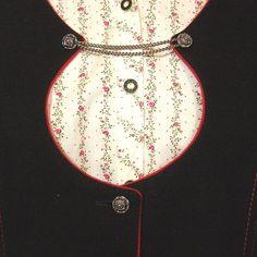 Sehr schönes Trachenleiberl für Damen aus schwarzem Loden, rot paspoliert, mit zwei kleinen Paspeltaschen. Das Leiberl hat diesen runden, tief auf die Brust gehenden Ausschnitt mit...