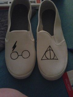 Minimalist Harry Potter shoes - Cool Harry Potter craft project, even if you can't draw too well :)!