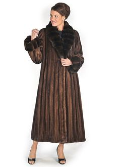 A mink coat for the sophisticated woman, this gorgeous ultra elegant soft brown mink coat topped with matching crosscut chinchilla is a subtle expression of Wing Collar, Collar And Cuff, Fur Fashion, Ootd Fashion, Brown Fur Vest, Chinchilla Coat, Fur Coat Outfit, Winter Coat Outfits, White Fur Coat