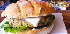Io adoro i burger vegetali, sul serio. Sperimentare con polpette, crocchette e burger con legumi, cereali, ortaggi e spezie è incredibilmente divertente e i risultati sono spesso ottimi e degni di essere condivisi con voi! Questo burger di quinoa, ceci e patate è vegan, senza glutine morbido, saporito e speziato e perfetto per un bel…