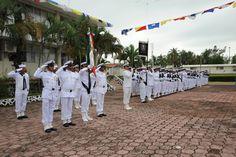 Miembros de la escolta de la fuerza naval durante los honores a la bandera en la Ceremonia de Entrega de Mando de Armas de la Fuerza Naval del Golfo y Primera Región Naval
