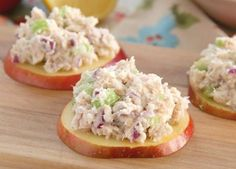 Apple Tuna Bites - Quick and easy homemade tuna salad served over fresh apple slices. Perfect for a healthy and low-carb lunch or snack! Lunch Recipes, Low Carb Recipes, Cooking Recipes, Vegetarian Recipes, Low Carb Lunch, Snacks Für Party, Picnic Snacks, Appetisers, Finger Foods