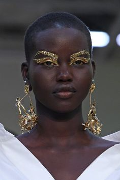 4 Graphic Gold Eyes Worth Imitating, Straight From the Valentino Runway - - Backstage at tonight's Valentino show inside the Hotel National des Invalides, Pat McGrath was going for the gold. Makeup Trends, Makeup Inspo, Beauty Trends, Makeup Inspiration, Beauty Ideas, Runway Makeup, Beauty Makeup, Hair Makeup, Vogue Makeup