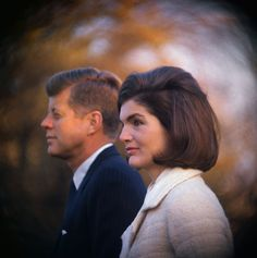 Jackie Wanted to Divorce John before His Presidency *JFK & JACKIE ~ Their marriage troubles didn't begin in the White House. Jackie had doubts about their relationship even before he became POTUS. Jacqueline Kennedy Onassis, Estilo Jackie Kennedy, Mrs Kennedy, Jaqueline Kennedy, Caroline Kennedy, Kennedy Assassination, Editorial, Stock Foto, American Presidents