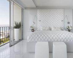 Разработанная Mark English Architects, Фонтана Резидентс имеет прекрасный вид на залив Сан-Франциско. Эта полностью белая спальня похожа на номер шикарного отеля хай-класса: здесь Вы видите глянцевые белые кафельные полы и постельные принадлежности, плавно перетекающие в стену над кроватью.