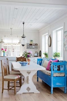 Another bench at dining table with the cushions and back and arms. I'm liking it. Home Interior, Interior Design Kitchen, Interior Decorating, Shabby Chic Cottage, Cozy Cottage, Banquette Design, Scandinavian Cottage, Cottage Interiors, White Houses