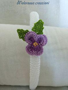 Cerchietto gioiello bianco con violetta fatto a mano all'uncinetto in filo di Scozia,coroncina con fiore,accessorio damigella,comunione