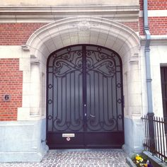 Tijd om nog eens een deur met smeedijzer te posten (115/365). Dit zwarte exemplaar werd getekend door architect Vandaele in 1913.