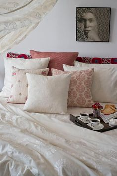SUMMER STYLE The 'Anatolia' design story brings together the embroidered patterns of vintage 'Suzani' textiles with the 'chikankari' style of white on white embroidery, popularized by empress Nur Jehan. The bed story includes duvet and cushion covers in pure handspun linen... The ultimate in understated elegance and a perfectly reasonable reason to resist getting out of bed. Available across all Good Earth Shops. #CabanaSeason #Suzani #SleepLounge #NurJehan #MadderRose