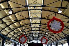 Station Leeuwarden, waar de kerstversieringen al hangen, zoals elk jaar.