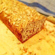Bästa och enklaste LCHF-brödet! Testa själv:  Tid: ca 80 minuter Ingredienser: 2 dl linfrö 1 dl sesamfrö 1 dl hasselnötter 1 dl mandel 50 g fiberhusk (alternativt fibrex) 2 tsk bakpulver 1,5 msk brödkryddor 50 g smör 1 dl crème fraiche 250 g keso 6 ägg  • Sätt ugnen på 175 grader. • Mixa alla nötter och frön, fiberhusk, kryddor till mjöl med exempelvis en mixer. • Blanda sedan ihop resten av ingredienserna och häll ned i en avlång brödform klädd med bakplåtspapper. • Grädda i 60-80 min.