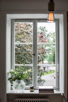 Ideas and inspiration Windows Me, Bedroom Windows, Bay Window Decor, Kitchen Window Sill, Christmas Window Decorations, Living Spaces, Living Room, Piece A Vivre, Roomspiration