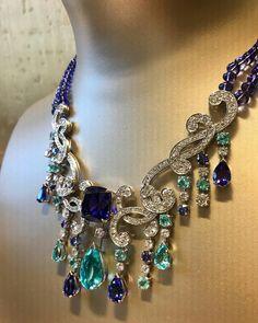 Sunlight Journey, la nouvelle collection haute joaillerie de Piaget. Ou comment faire concurrence au dieu soleil... #sunlightjourney #piagetsociety #sunlight #jewelry #highjewelry #gold #soleil #piaget #opale #saphirs #collier