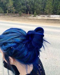 Cabello azul eléctrico
