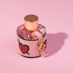Novinky Carolina Herrera s výsadou pre zvádzanie - Selfino Auras, Carolina Herrera, Queens, Perfume Bottles, Perfume Bottle, Thea Queen, Queen Bees