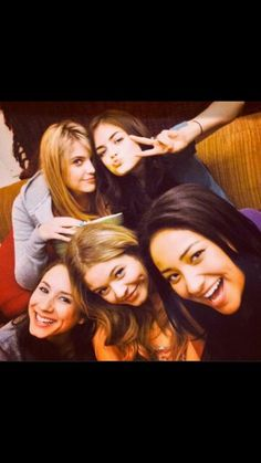 Prendre un selfie avec les filles de PLL