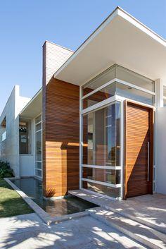 Residência em Maringá / Ninha Chiozzini Arquitetura e Interiores #facade #wood #glass
