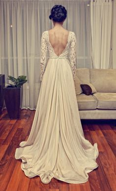 Beautiful ivory wedding dress with lace detailing. lange Ärmel, richtige Länge der Schleppe, tolle Haare
