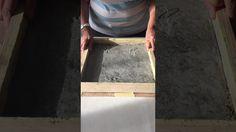 Desmoldando trabajo de mosaico en cemento.
