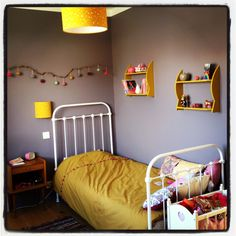 Un coin propice aux doux rêves dans une harmonie de mauve grisée et jaune moutarde Closet Bedroom, Girls Bedroom, Bedrooms, Room Goals, Grey Walls, Colorful Interiors, Asdf, Mustard, Baby Room