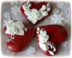 Red hearts and white roses Fancy Cookies, Iced Cookies, Cupcake Cookies, Sugar Cookies, Wilton Cake Decorating, Cookie Decorating, Valentines Day Cookies, Wedding Cookies, Cookie Designs