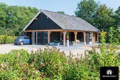 Deze royale dubbele houten garage van hoogwaardig Lariks en Douglas hout is voorzien van robuuste opgeklampte deuren met traditionele duimen en hengen.