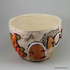 Der Keramik Blumentopf / Pflanzschale passt zu den Wichtel-Windlichtern und Insektenhotels und rundet die Dekoration im Haus und Garten ab.