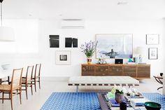 Um boa noite cheio de inspiração com esse  do apê da @flaviasigrist, designer gráfica que decorou a própria casa com referências de suas paixões, com muito azul e elementos naturais. Para descobrir como e ler mais em uma entrevista superlegal, é só clicar no link da bio... #iLoveeHistoriasdeCasa  {Foto por @registrodediaadia e @historiasdecasa} . . . #decoration #decorations #decorate #homedecor #homedecoration #homedesign #homestyle #decorating #decorationideas #decoração #decoracaodeinteri