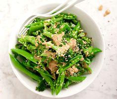Broccolin och sockerärterna kryddas med spiskummin, koriander och sesam. Tahini tillsammans med vitlök och honung gör såsen söt och fyllig. Läckert grönt!